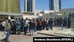 Үкімет үйі маңына жиналған үлескерлер. Астана, 21 мамыр 2013 жыл.