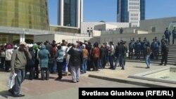 Должники по проблемным банковским кредитам проводят акцию у здания Дома министерств в Астане. 21 мая 2013 года. Иллюстративное фото.