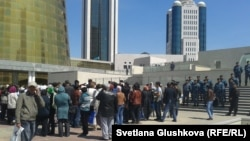 Ипотечники собрались у здания Дома министерств в Астане. 21 мая 2013 года.
