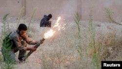 «Еркін Сирия армиясы» оппозициялық қарулы жасағының сарбаздары президент Башар Асадты қолдайтындарға оқ атып жатыр. 18 қазан 2013 жыл. (Көрнекі сурет)