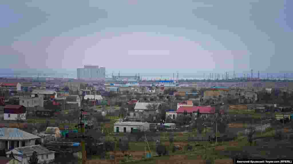 С возвышенности Китеня хорошо просматриваются оставшиеся после демонтажа корпуса Крымской атомной электростанции