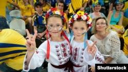 (©Shutterstock) Юні вболівальниці за Національну збірну України з футболу під час «Євро-2012 » на стадіоні «Донбас Арена» в Донецьку, 15 червня 2012 року