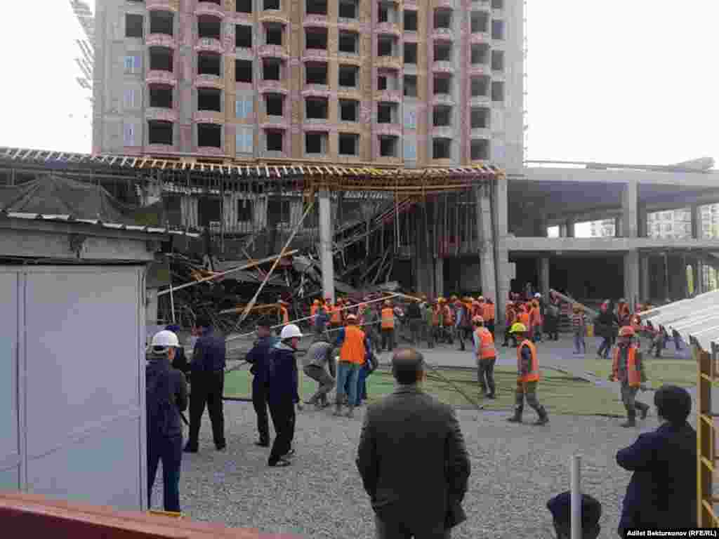 Как передает корреспондент «Азаттыка» с места событий, пострадавших увезли на трех машинах скорой помощи. Но при этом очевидцы сообщили о том, что двух пострадавших вывезли на частных автомобилях.