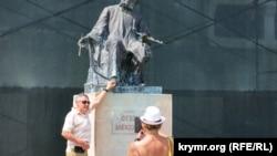 Туристи фотографуються біля пам'ятника Айвазовському, Феодосія, 18 серпня 2021 року