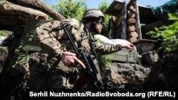 Военнослужащий украинской армии на линии разграничения в Донбассе