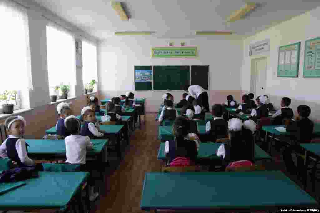 Ученики на уроке. Ташкентская область, 9 сентября 2015 года.