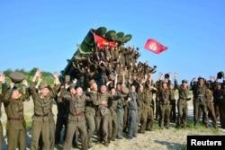 Військовослужбовці армії КНДР після випробувань нової крилатої ракети