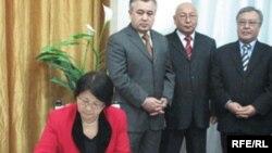 Р.Отунбаева подписывает договор об объединении оппозиции