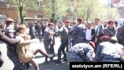Еревандагы демонстранттар менен полиция кагылышты. 16-апрель, 2018-жыл.
