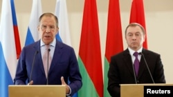 Belarusian Foreign Minister Uladzimir Makey (right) with his Russian counterpart Sergei Lavrov in Minsk on June 16.