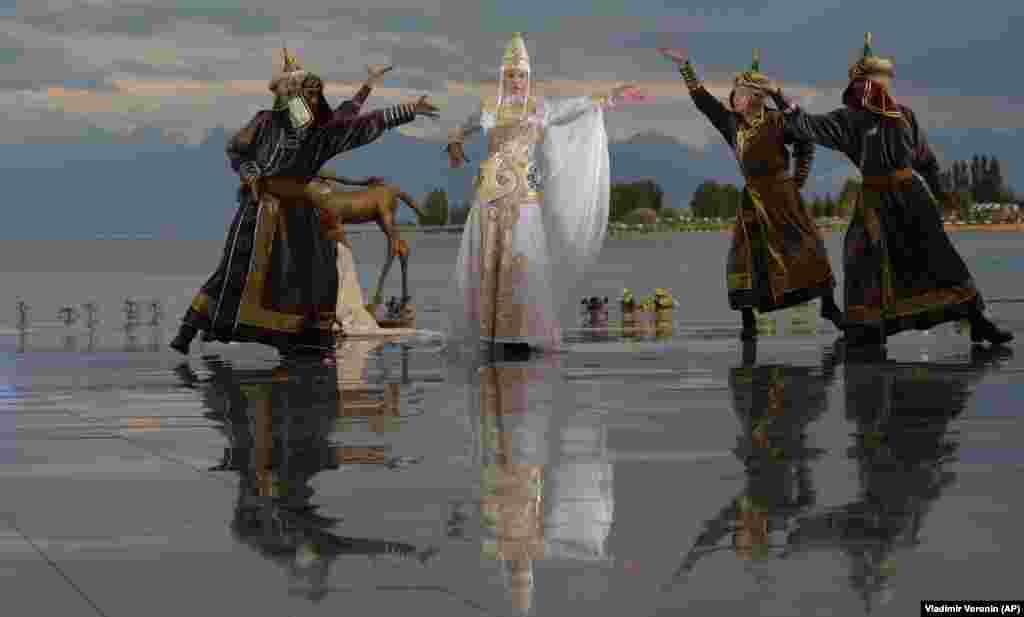 Моделі демонструють колекцію російського дизайнера Кіми Донгак під час Всесвітнього фестивалю моди кочівників Іссик-Куль 2021 року у Чолпон-Аті, курортному місті на північному березі озера Іссик-Куль