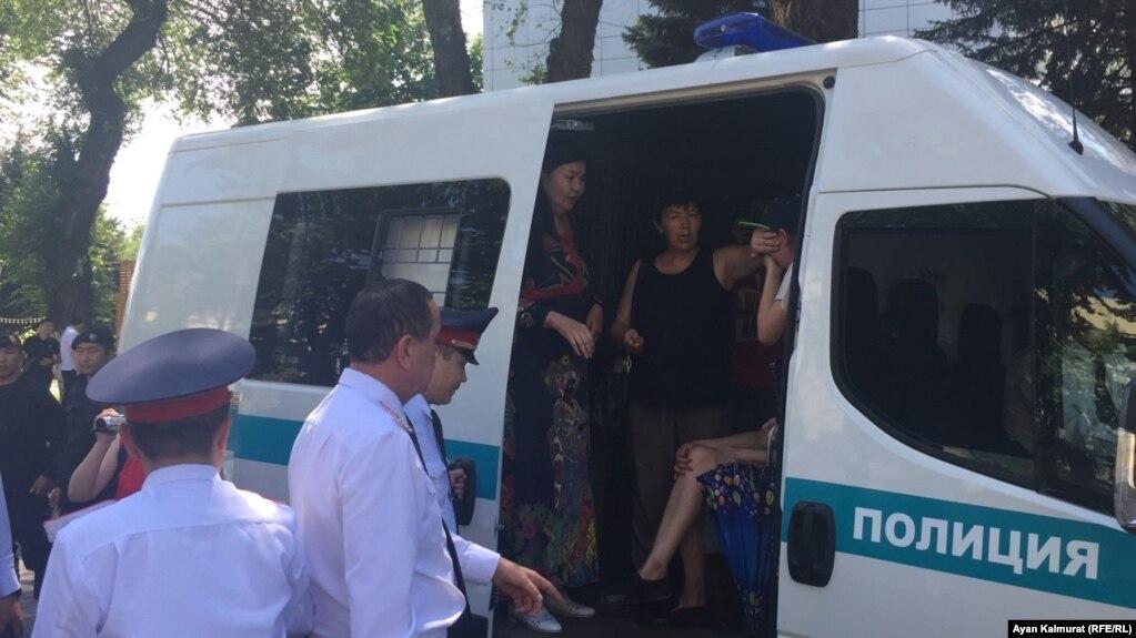 Полиция задерживает людей в центре Алматы. 23 июня 2018 года.