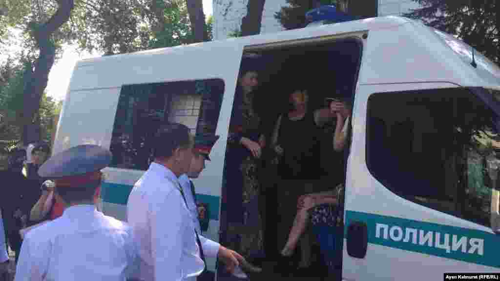 Алматының орталығында наразылық акциясына шыққандарды полиция ұстады.
