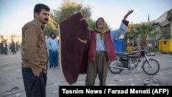 Луѓе по земјотресот од 7,3 степени во западната провинција на Иран, Керманшах, на 13 ноември 2017 година.