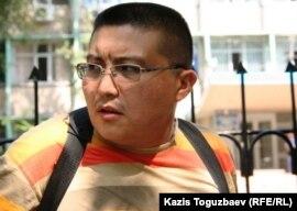 Қуанышбек Қари, Азаттық радиосының қызметкері Алмалы аудандық полиция басқармасының алдында. Aлматы, 26 тамыз 2010 жыл