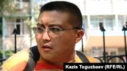 Главный редактор Алматинского бюро радио Азаттык Куанышбек Кари возле Алмалинского РУВД. Алматы, 26 августа 2010 года.