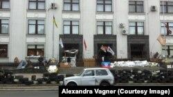 Занятое сторонниками ЛНР здание областной государственной администрации