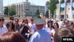 Бишкектин борбордук аянтына эркин акция өткөрүүгө келгендерди дароо милиция кармап кетет