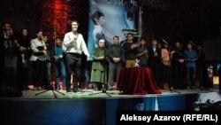 """Съемочная группа фильма на премьерном показе """"Уроков гармонии"""". Казахстан, Алматы, 4 декабря 2013 года."""