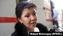 Дарига Назарбаева знакомит журналистов с возможностями диагностической машины, купленной ее фондом «Асар-береке». Алматы, 11 ноября 2010 года.