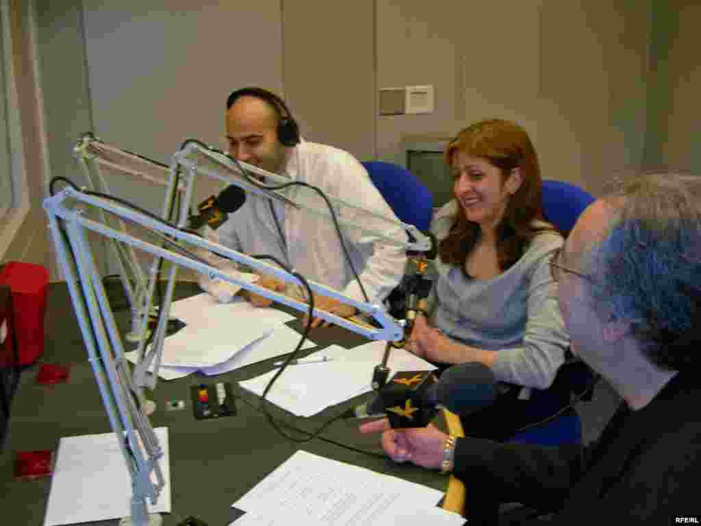 نيوشا بقراطی، فرين عاصمی و ژان خاکزاد در حال اجرای برنامه. ژان خاکزاد: «[نیوشا جان بلدی به زبان گیلگی به شنونده ها تبریک بگی؟»