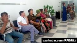 Туркменистанцы в очереди за деньгами. Иллюстративное фото.