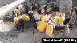 Children fetch water in the city of Kulab, in Tajikistan's Khatlon region. (file photo)