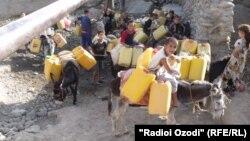 Children fetch water in the city of Kulab, in Tajikistan's Khatlon region. (file photo)