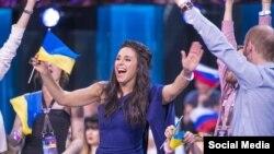 Джамала радіє проходженню у фінал «Євробачення». Стокгольм, 12 травня 2016 року