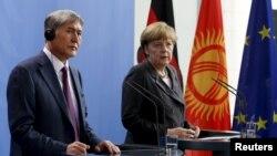 Gyrgyzystanyň prezidenti Almazbek Atambaýew (ç) we Germaniýanyň kansleri Angela Merkel (s), Berlin, 1-nji aprel, 2015