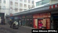 Бутики на рынке для коммерсантов из стран СНГ. Урумчи, 20 февраля 2013 года.