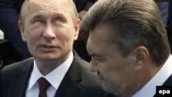 Президент России Владимир Путин (слева) со своим украинским коллегой Виктором Януковичем (справа) в Киеве, 27 июля 2013 года