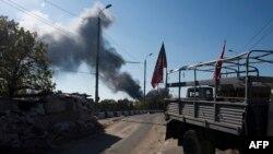 Блокпост сепаратистов недалеко от аэропорта, в районе которого поднимаются клубы дыма. Донецк, 2 октября 2014 года.