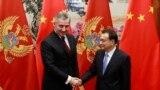 Министър-председателят на Китай Ли Къцян и Мило Джуканович - бивш премиер и настоящ президент на Черна гора, по време на срещата им в Пекин през 2015 г.