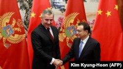 Кинескиот премиер Ли Кечијанг се ракува со црногорскиот премиер Мило Ѓукановиќ за време на нивната средба во Пекинг, 26 ноември 2015 година