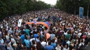 Полиция сегодня не предпринимала попыток разогнать демонстрантов, как это было в предыдущие дни, хотя протестующие по-прежнему занимают одну из центральных столичных магистралей – проспект Баграмяна