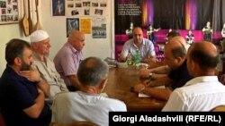 Гостей из Тбилиси в Панкисском ущелье ждали особо. У многих, прежде всего у родственников погибших в ходе спецоперации в Лопотском ущелье, появилась надежда, что хотя бы спустя два года они узнают, что же на самом деле произошло