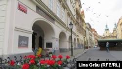 Unul dintre puținele localuri pe strada Havelska care încă mai era deschis cu două zile înainte de introducerea noilor restricții la Praga. Strada Havelska din centrului istoric era un loc de atracție pentru turiști, datorită atmosferei de epocă, a muzicii vii și a localurilor deschise până târziu.