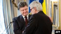 Петро Порошенко (л) і Хрістос Стіліанідіс (п) під час зустрічі в Києві, 26 січня 2015 року