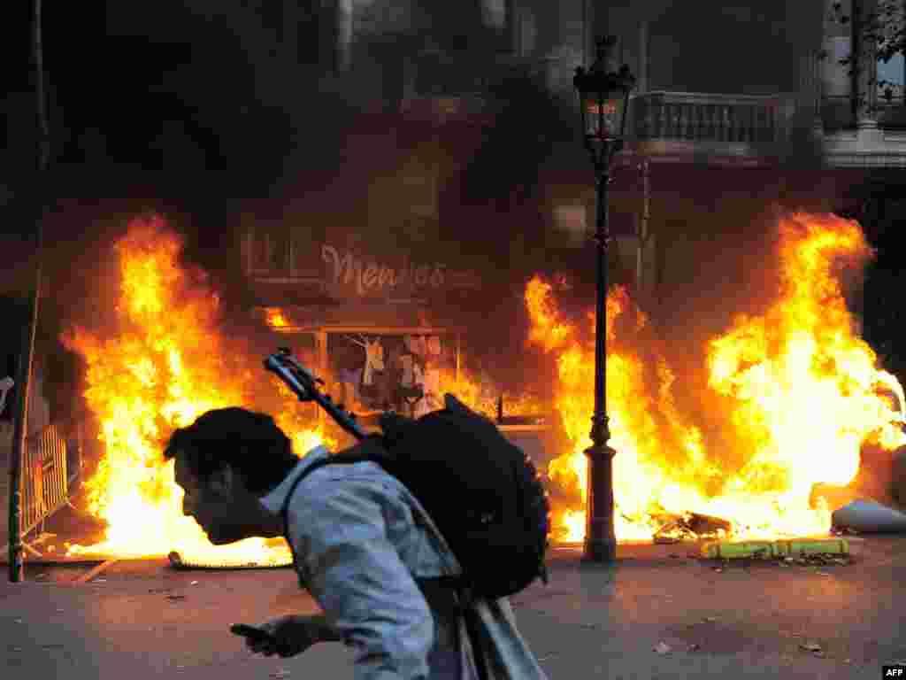 Гішпанія. Падчас усеагульнага страйку ў Барсэлёне пратэстоўцы падпальвалі кантэйнэры са сьмецьцем.
