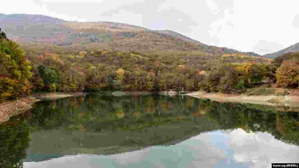 Вид на озеро з протилежного боку