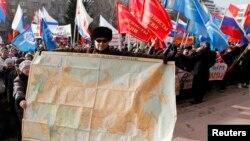 SSRİ xəritəsini əlində aparan nümayişçi