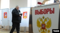 Russia -- A voter at a polling station in Zhukovsky, Moscow Region