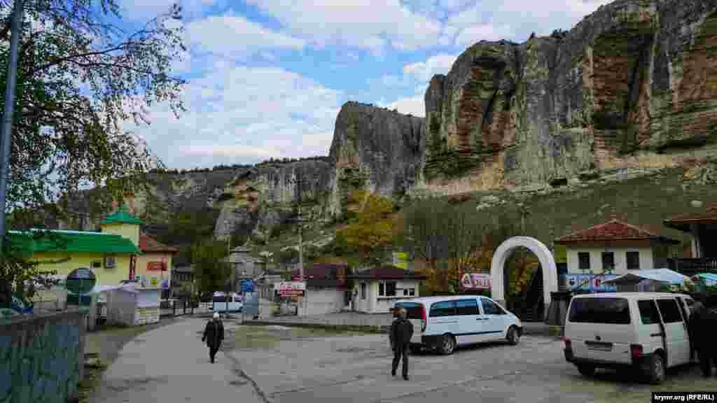 Майданчик біля етнокомплексу «Гузель» біля приміського села Старосілля (раніше Салачик)