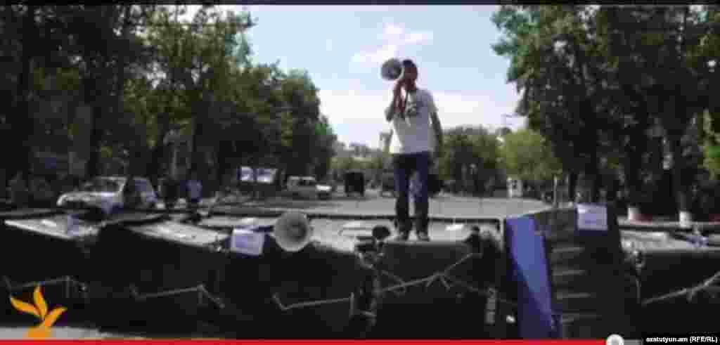 Активист инициативы «Нет грабежу!» Вагинак Шушанян обращается к протестующим