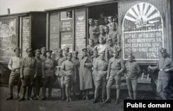 Чехословацкие легионеры у своего эшелона, Россия, 1918 год