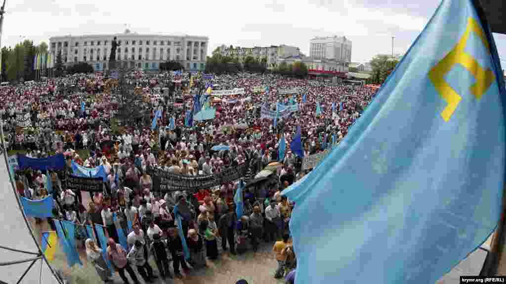 18 травня 2007 року. Площа Леніна в Сімферополі повна людей, які прийшли вшанувати пам'ять загиблих під час депортації та згадати про ті події