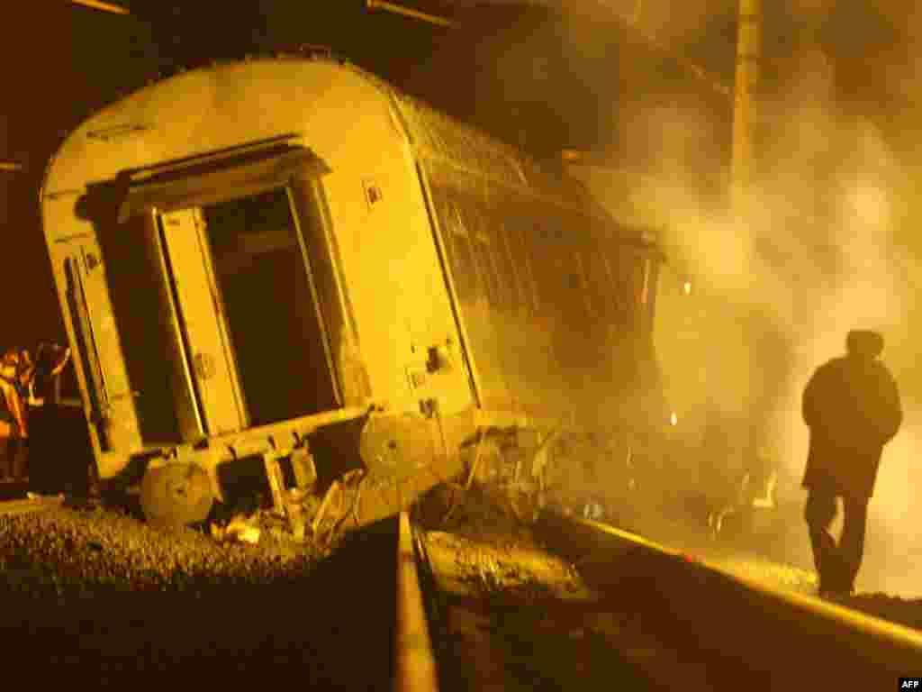Rusija - Istraga o bombi u vlaku - Zvaničnici su za eksploziju bombe u vlaku između St.Petersburga i Moskve optužili teroriste iz Čečenije. Nema čvrstih dokaza za te optužbe. Foto: Kirill Kudryavtsev - AFP