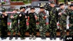 Ադրբեջանցի երեխաները Խոջալուի իրադարձությունների զոհերի հուշարձանի մոտ կայացած արարողության ժամանակ, Բաքու, 25-ը փետրվարի, 2013թ.
