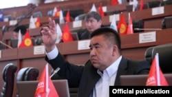 Мурдагы депутат, экс-министр Болот Шер Жогорку Кеңештин жыйынында.